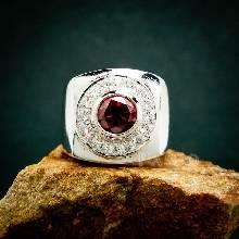 แหวนพลอยผู้ชาย  ฝังพลอยโกเมน สีแดงแก่ก่ำ ล้อมรอบด้วยเพชร แหวนพลอยโกเมน
