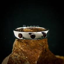แหวนพลอยโกเมน สีแดงก่ำ แหวนเงินเกลี้ยง หน้าเรียบ ฝังพลอยโกเมน แดงก่ำ 3 เม็ด