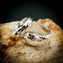 ชุดแหวนคู่รัก 1 ชุด มี 2 วง แหวนเงินหน้าโค้ง ตอกลายค้อนทุบ แหวนเกลี้ยงหน้าโค้ง