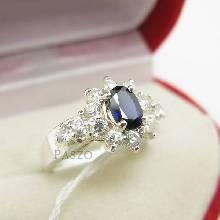 แหวนพลอยไพลิน สีน้ำเงิน ล้อมเพชร บ่าแหวนประดับเพชร แหวนเงินแท้ 925
