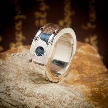 แหวนไพลิน แหวนผู้ชาย ฝังพลอยไพลิน พลอยสีน้ำเงิน ฝังเหยียบ แหวนเงินแท้ บ่าเซาะร่องสองข้าง แหวนผู้ชายแบบเรียบๆ