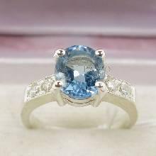 แหวนพลอยบูลโทพาซ สีฟ้า ประดับเพชรบ่าข้าง ตัวเรือนแหวนเงินแท้