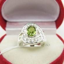 แหวนพลอยเขียวส่อง พลอยสีเขียวมะกอก ล้อมเพชร ตัวแหวนเงินแท้