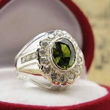 แหวนผู้ชาย ฝังพลอยเขียวส่อง ล้อมเพชร ตัวแหวนเงินแท้ 925